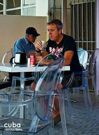 Old man eating at la chucheria restaurant in Vedado © Cuba Absolutely, 2014