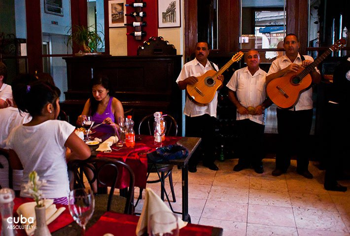 People eating at Mercurio restaurant in Old Havana in San Francisco Sqquare © Cuba Absolutely, 2014