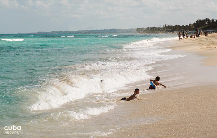 Kids playing in the beach © Cuba Absolutely, 2014