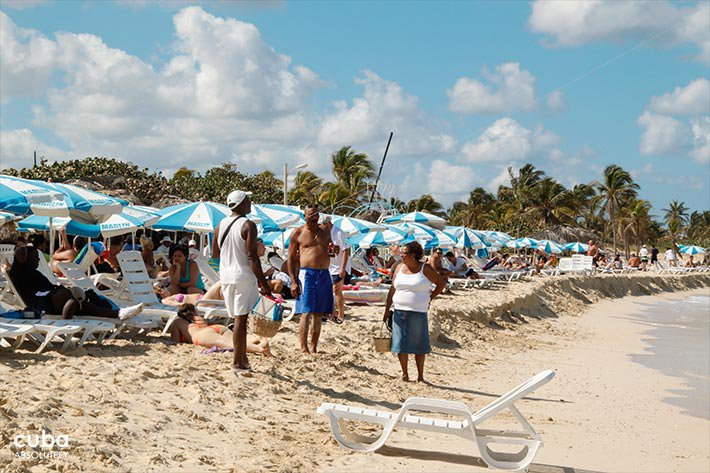 People under the umbrellas in the beach © Cuba Absolutely, 2014
