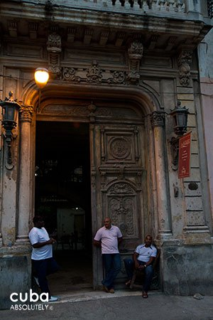 3 men standing on an old building entrance © Cuba Absolutely, 2014
