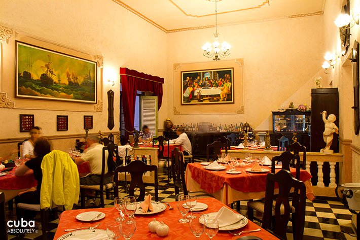 People eating at La moneda cubana restaurant in Old Havana © Cuba Absolutely, 2014