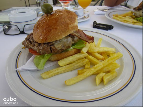 Burger at a restaurant © Cuba Absolutely, 2014