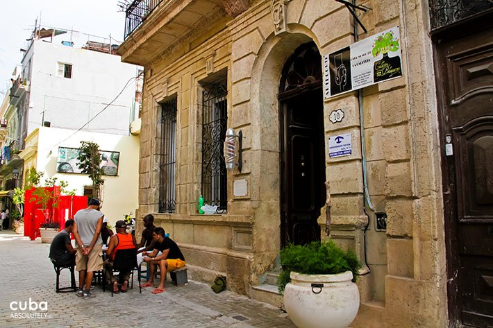 Domino game in front of Papito´s Corte hairdress in old havana © Cuba Absolutely, 2014
