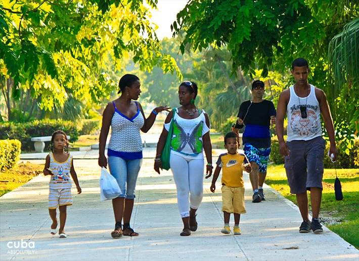 5th avenue in Miramar, people walking on the sidewalk © Cuba Absolutely, 2014