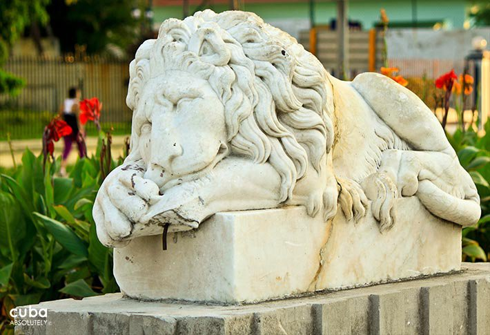 5th avenue in Miramar, detail of lion statue © Cuba Absolutely, 2014