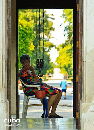 5th avenue in Miramar, old woman sitting on a chair © Cuba Absolutely, 2014