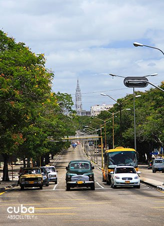 Carlos III avenue with people on the sidewalks, old cars and buses on the street and new and old buildings © Cuba Absolutely, 2014