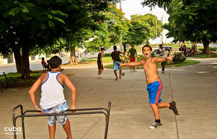 Kids playing in Paseo bolevard in Vedado © Cuba Absolutely, 2014