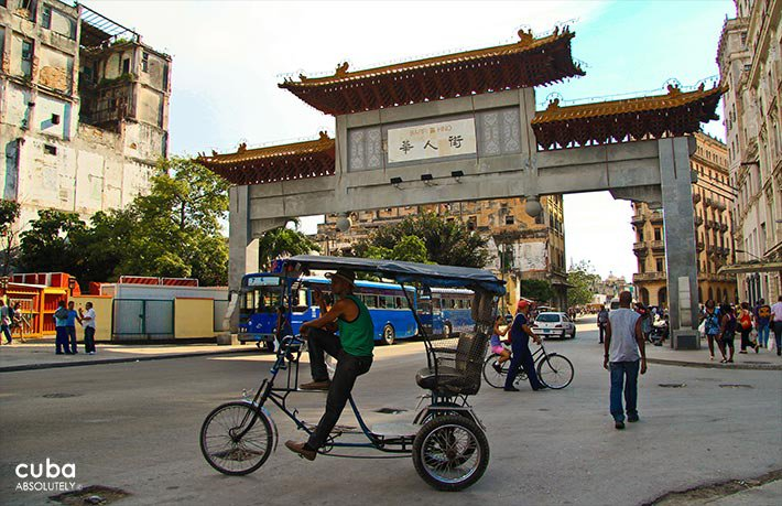 daily life in Chinatown, bicycle taxi in front of the entrance in old havana© Cuba Absolutely, 2014