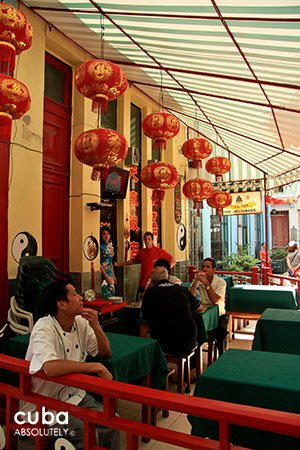 daily life in Chinatown, restaurant© Cuba Absolutely, 2014