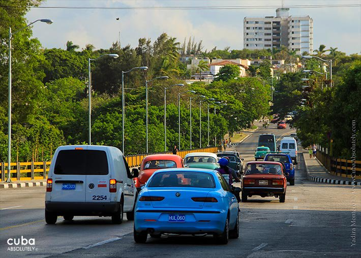 23 streeet in Vedado, buildings and cars in the street © Cuba Absolutely, 2014