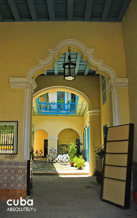 yellow old house which belong to Countess of reunion © Cuba Absolutely, 2014