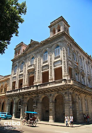 front of Marriage palace in old havana© Cuba Absolutely, 2014