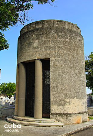 cylinder shape tomb, Colon Cementery in Vedado© Cuba Absolutely, 2014