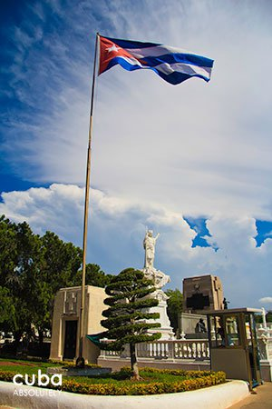 cuban flag at Colon Cementery in Vedado© Cuba Absolutely, 2014