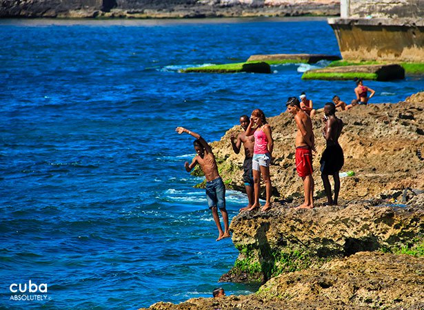 kids jumping into the water in seawall © Cuba Absolutely, 2014