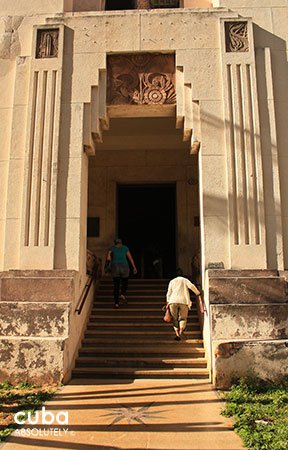 entrance of Lopez Serrano building© Cuba Absolutely, 2014