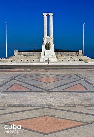 2 big columns monument with a square in front © Cuba Absolutely, 2014