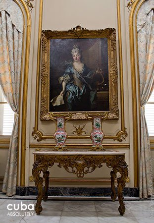 lady paints at Decorative museum in Vedado© Cuba Absolutely, 2014