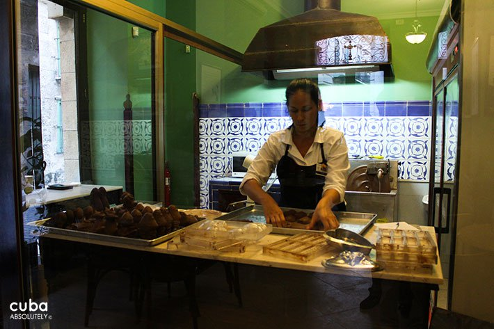 man making chocolat at chocolat museum in old  havana© Cuba Absolutely, 2014