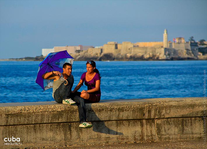 couple sitting in seawall© Cuba Absolutely, 2014