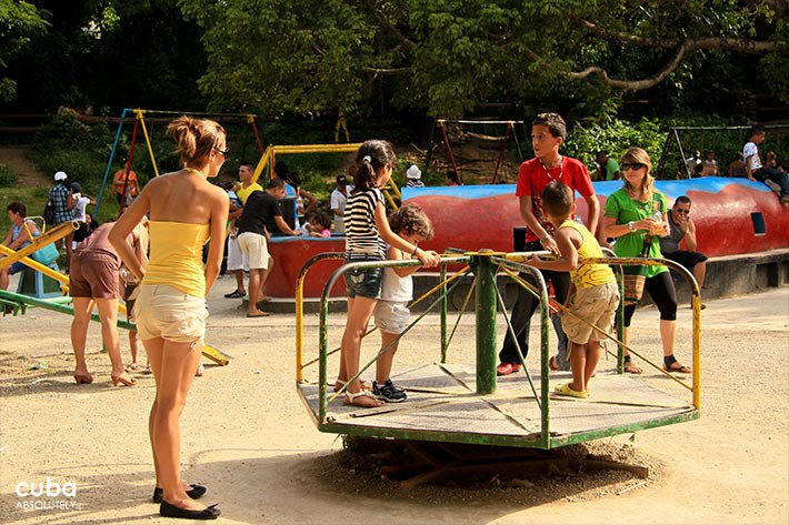 kids playing at metropolitan park© Cuba Absolutely, 2014