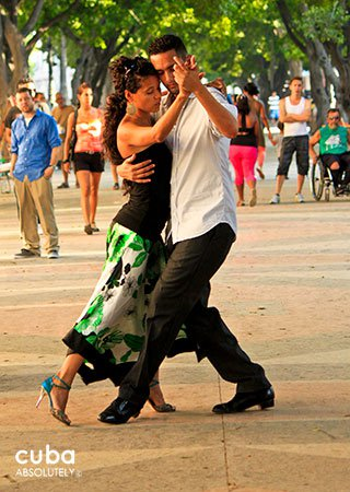 couple dancing tango in Prado Boulevard in old havana© Cuba Absolutely, 2014