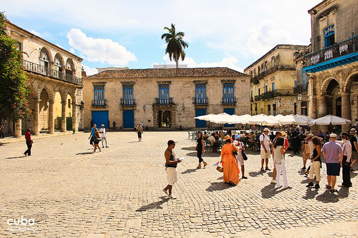 people at Cathedral Square in old havana© Cuba Absolutely, 2014