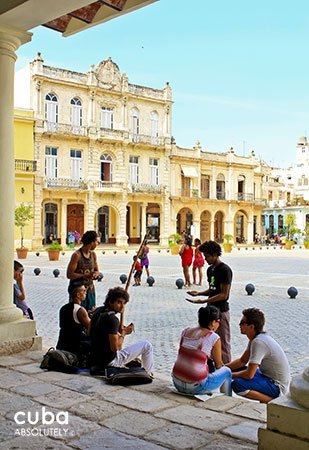 people talking and walking in Old Square in old havana© Cuba Absolutely, 2014