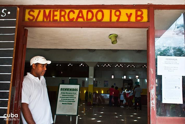 Market on 19 y B in Vedado, man with a white shirt next to the entrance © Cuba Absolutely, 2014 - 2020