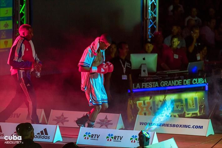 Boxing event in Sports City, boxer in white and his trainer behind with a sports suit in red, blue and white © Cuba Absolutely, 2014 - 2020