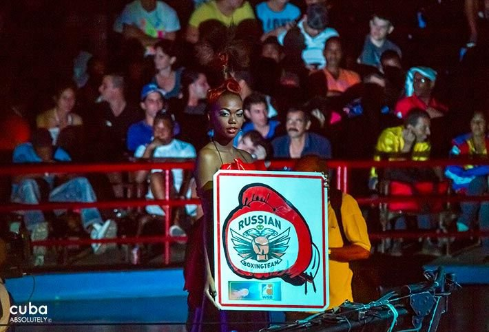 Boxing event in Sports City, model carrying a sign  © Cuba Absolutely, 2014 - 2020