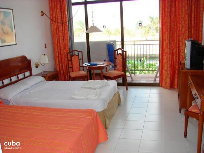 Room with 2 beds at Club Acuario © Cuba Absolutely, 2014 - 2020