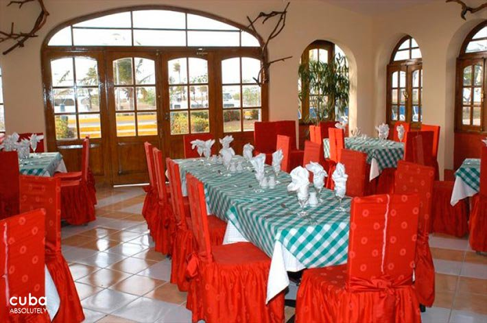 Restaurant with re chairs at  Club Acuario © Cuba Absolutely, 2014 - 2020