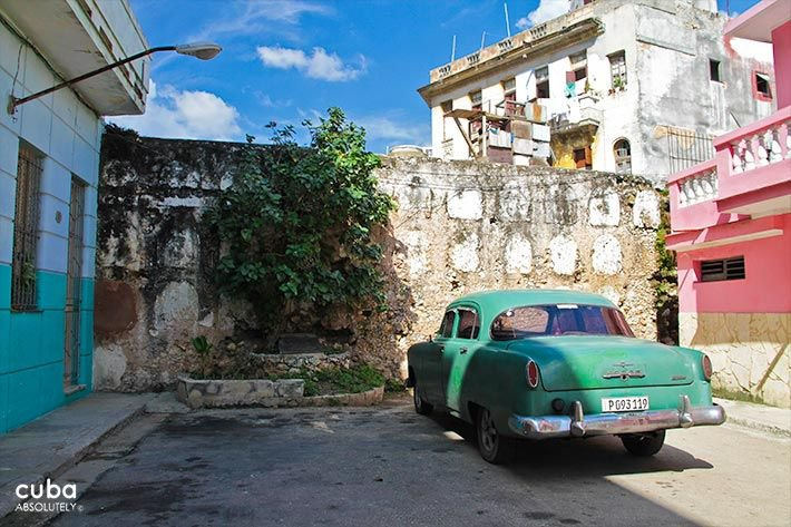 Old green car park in front of a stone wall © Cuba Absolutely, 2014 - 2020