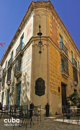 El comendador inn in Old Havana, yellow walls with blue details and wood furnitures © Cuba Absolutely, 2014 - 2020