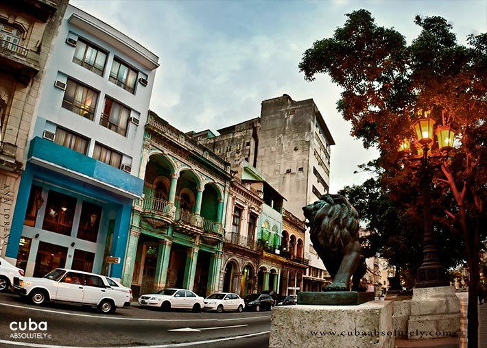 Prado boulevard with the statue of a lion and the hotel Caribbean, blue building © Cuba Absolutely, 2014 - 2020