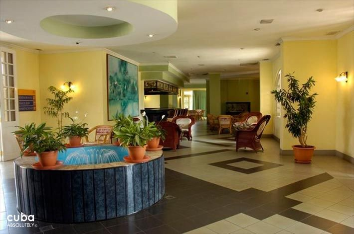 Fountaine in the lobby at Comodoro Hotel in Miramar © Cuba Absolutely, 2014 - 2020
