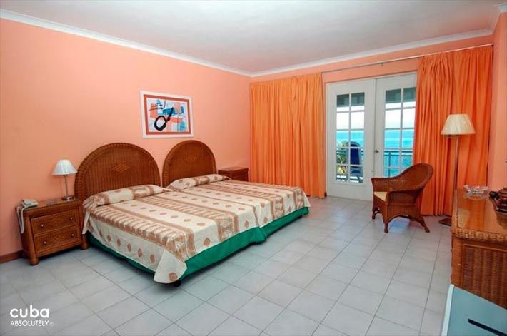 Orange walls bedroom at Comodoro Hotel in Miramar © Cuba Absolutely, 2014 - 2020