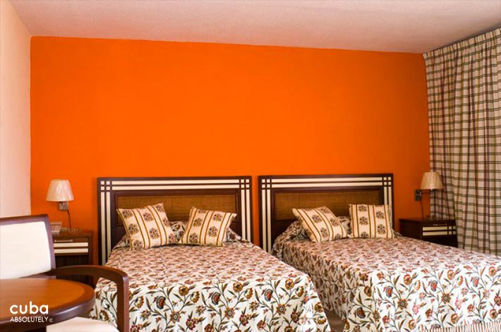 Orange room at Copacabana hotel in Miramar © Cuba Absolutely, 2014 - 2020