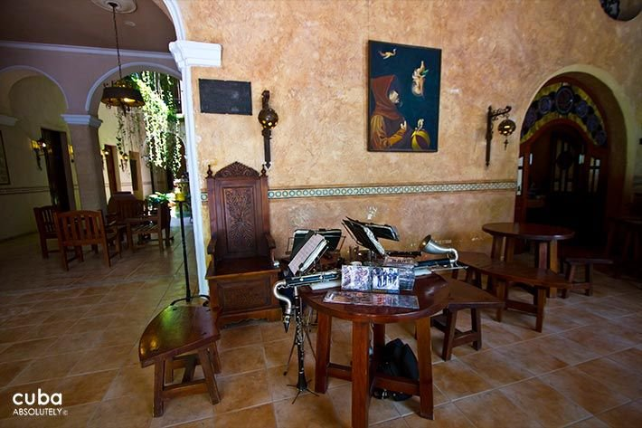 Los Frailes Inn in Old Havana, table in the lobby with several musical instruments  © Cuba Absolutely, 2014 - 2020