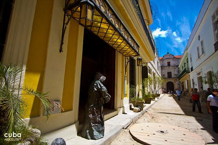 Front of Los Frailes Inn in Old Havana with a statue in bronze of a priest © Cuba Absolutely, 2014 - 2020