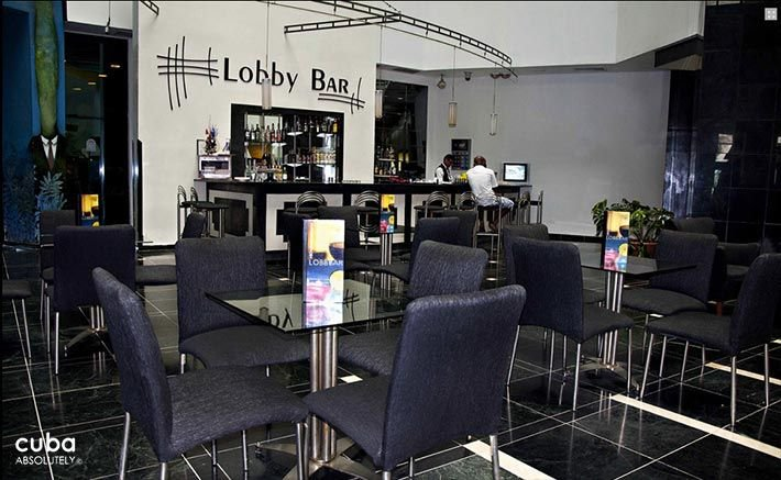 Panorama hotel in Miramar, lobby bar with dark blue chairs © Cuba Absolutely, 2014 - 2020
