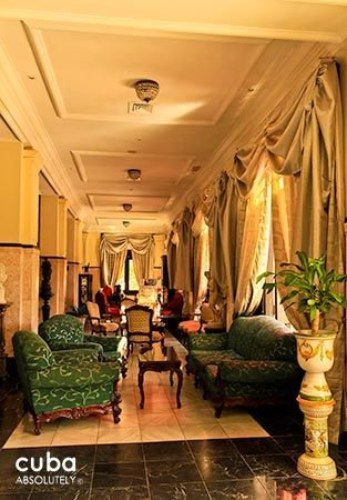 Presidente hotel in Vedado, lobby with green, red and white furnitures © Cuba Absolutely, 2014 - 2020