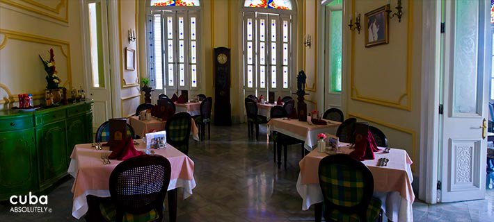 San Miguel hotel in Old Havana, pink tablecloth in the restaurant paint in yellow © Cuba Absolutely, 2014 - 2020