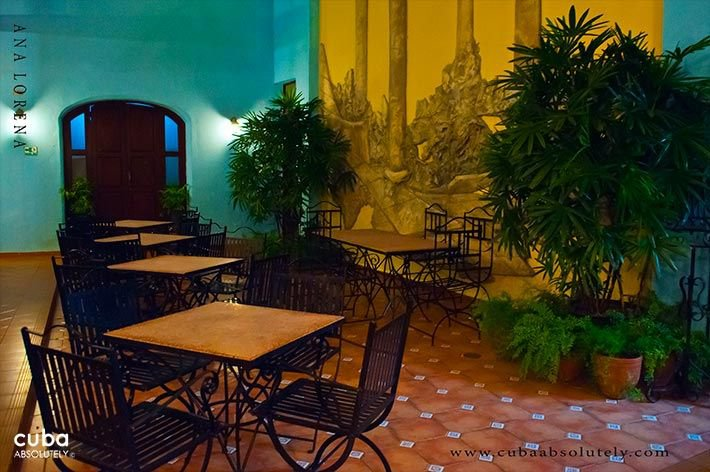 Tejadillo hotel in Old Havana, restaurant with iron chairs © Cuba Absolutely, 2014 - 2020