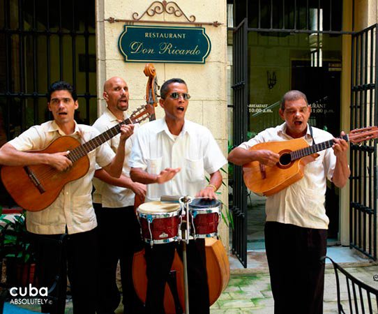 O´Farrill Palace hotel in Old Havana, musicians in white shirts playing © Cuba Absolutely, 2014 - 2020