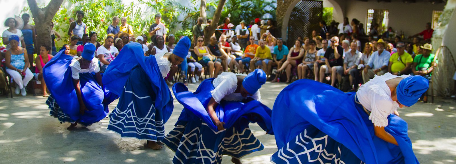 Females dancers with blue and white dresses in a performance at Palenque
