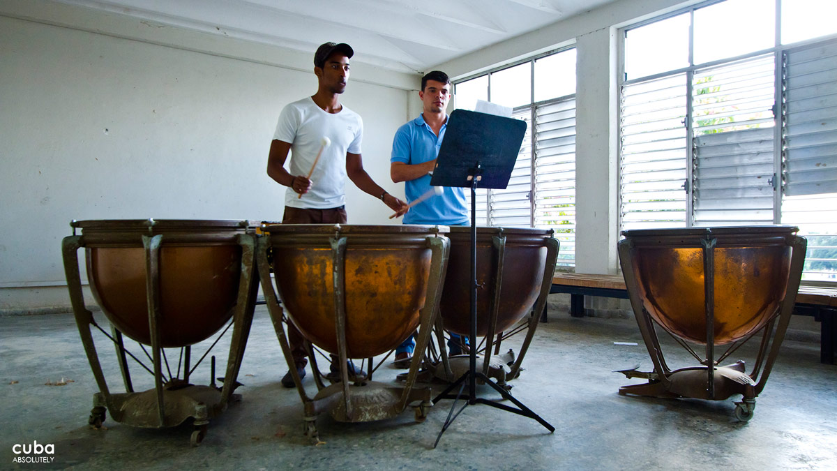 Participants include Cuban and international artists under 35 years of age with individual or group projects which have been accepted by the Organizing Committee. Havana, Cuba